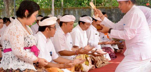Piodalan di Kantor Graha Sewaka Dharma Lumintang, Walikota dan Wakil Walikota 'Ngaturang Bakti'