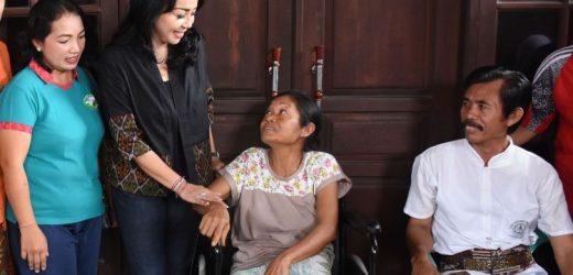 7 Orang Lansia Terima Bantuan KKKS Denpasar
