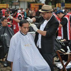 Ketika Presiden Jadi Peserta Acara Cukur Massal di Garut