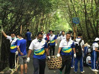 """Gencarkan Gerakan """"AKUSTIK"""", PLN Bersih-bersih Sampah Plastik di Tahura Ngurah Rai"""