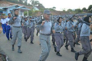 Dengan Menggenggam Senjata, Personel Paramiliter Bakamla BerLari Sejauh 5 Km