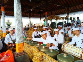 Sekeha Gong The Westin Mekar Gurnita Nusa Dua Ngayah di Pura Besakih