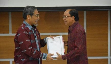 Gubernur Koster Serahkan Langsung Laporan Keuangan TA 2018 ke BPK