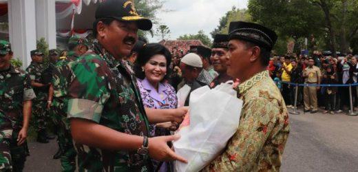 Serahkan Ribuan Paket Sembako, Panglima TNI: Ini Bukti Sinergitas dan Kemanunggalan TNI dengan Rakyat