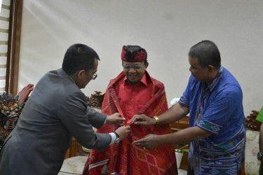 Gubernur Koster Terima Kain Tradisional Batak dari IKBB Sebagai Tanda Persaudaraan