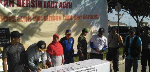 Deklarasi Bersama Jaga Laut Bersih, SPKKL Aceh Bakamla Gotong Royong Bersihkan Pelabuhan