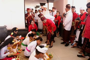 Di Yayasan Dwijendra Denpasar, Gubernur Koster Ingatkan Jaga Nama Baik Ida Batara Dang Hyang Dwijendra