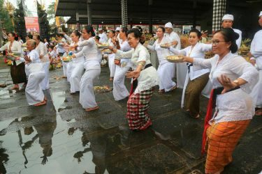 Ikut Menari Tari Rejang Pala, Ny. Putri Suastini Koster: Bangkitkan dan Lestarikan Seni Budaya yang Hampir Punah