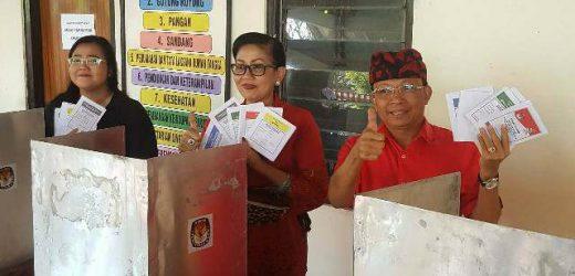 Nyoblos di TPS 11 Desa Sembiran Buleleng, Gubernur Koster Harap Indeks Demokrasi di Bali 80 Persen