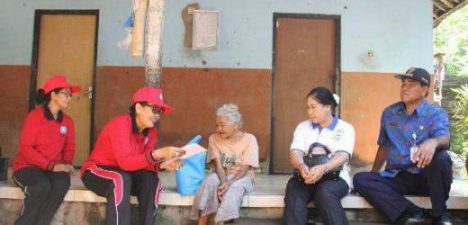 Serahkan Tali Kasih kepada Lansia, Ny. Putri Suastini Koster: Rawatlah Lansia agar Tetap Sehat dan Panjang Usia