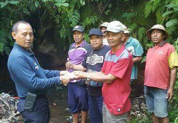Bantu Bersihkan Mata Air Biru di Desa Pesaban dari Timbunan Sampah, Blue Bird Gelontor CSR Rp 10 Juta