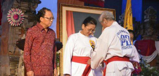 Ikut Aktif Membesarkan Silat Perisai Diri, Ny. Putri Suastini Koster Dianugerahi Gelar Pendekar Kehormatan