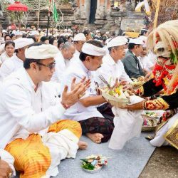 Topeng Wahana Gurnita Denpasar dan Tari Rejang Br. Ujung Kesiman, Iringi Bhakti Penganyar Pemkot Denpasar di Pura Mandhara Giri Semeru Agung