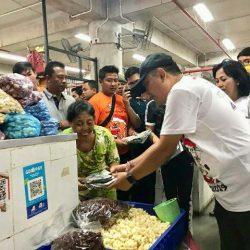 Walikota Rai Mantra Bagikan 5.300 Kantong Tas Koran Bekas Kepada Pedagang