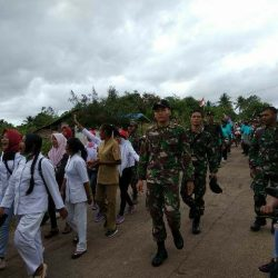 Perkuat Toleransi dan Cinta NKRI, Prajurit TNI Ikut Karnaval Kemerdekaan Bareng Masyarakat Perbatasan