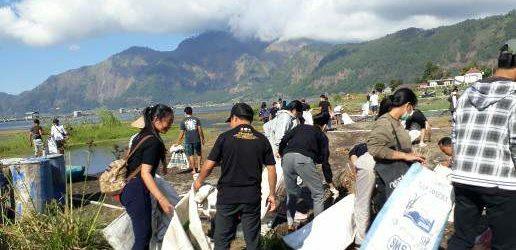 "Peringati Hari Kemerdekaan ke-74 RI, Pemuda Bangli ""Merdekakan"" Danau Batur dari Sampah Plastik"