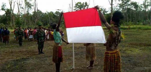 "Pakai Busana ""Cawat"", Masyarakat Kampung Yakyu Papua dan Satgas Pamtas Yonif 411 Gelar Upacara Hari Kemerdekaan RI ke-74"