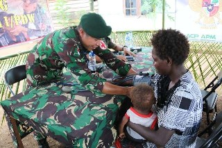TNI Peduli Sesama, Tim Kesehatan Satgas Yonif 411 Kostrad Gelar Pengobatan Massal