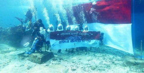 Bali Marine Walk dan Sammada Hotel and Beach Club Sukses Bentangkan Bendera Merah Putih Dibawah Laut Nusa Lembongan