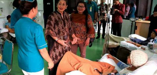Kunjungi Pasien Pengidap Kanker di RSUP Sanglah, Ny. Putri Suastini Koster: Kasih Sayang dari Orang Terdekat Bantu Penyembuhan