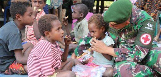 Jaga Generasi Bangsa Tumbuh Sehat, Prajurit Satgas Yonif MR 411/Pandawa Kostrad Gelar Posyandu di Pedalaman Papua