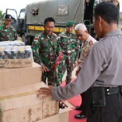 Satgas Pamtas RI-PNG Yonif 411 Kostrad Serahkan 3.333 Botol Miras ke Polisi