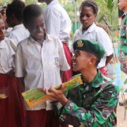 Cerdaskan Anak Bangsa, Satgas Yonif Mekanis Raider 411 Kostrad Bawa Mobil Pintar ke Kampung Rawabiru Papua