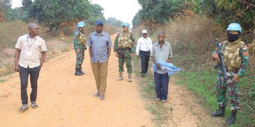 Ex-Combatan Kongo Kembali Serahkan Senjata AK 47 ke Satgas TNI Konga XXXIX-A