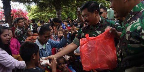 Panglima TNI Sambangi Pengungsi Wamena, Bagikan Nasi Bungkus