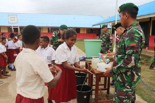 Beri Edukasi Pola Hidup Sehat Sejak Dini, Satgas Yonif 411 Kostad Ajarkan Anak-anak di Perbatasan Cara Cuci Tangan Pakai Sabun