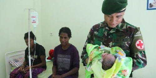 TNI Yonif 411 Kostrad Bantu Persalinan Warga Kampung Erambu Papua