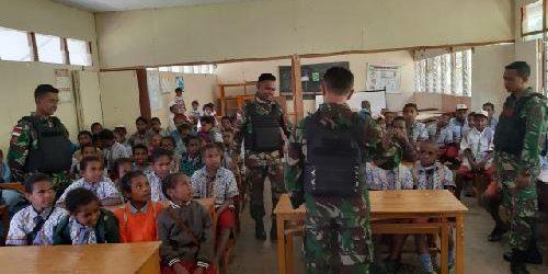 Sebelum Memulai Pelajaran, Siswa SD YPPK Bunda Maria Papua Diajarkan Lagu-lagu Nasional