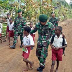 Anggota TNI Pamtas RI-PNG Antarkan Siswa Pergi Sekolah