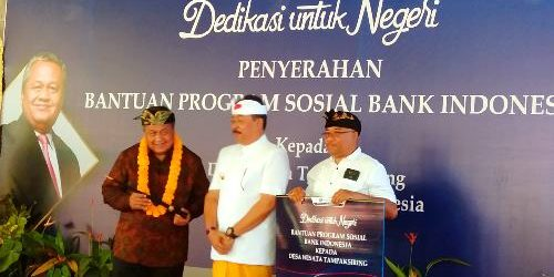 """""""Dedikasi Untuk Negeri"""", BI Serahkan Bantuan Program Sosial kepada Desa Wisata Tampaksiring"""