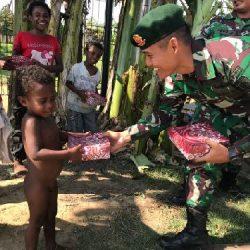 """Jumat Berkah"", Satgas Yonif Mekanis Raider 411 Kostrad Bagikan Nasi Kotak"