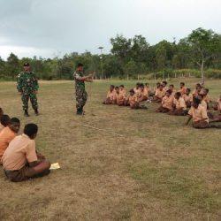 Satgas Yonif 411 Kostrad Latih Anggota Pramuka SMP Negeri Erambu