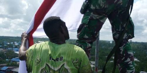 """Aksi Heroik Pengibaran Bendera Merah Putih di Asmat, Dansatgas Pamrahwan: """"Tak ada bendera lain selain Bendera Merah Putih"""""""