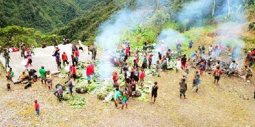 Hangatnya Bakar Batu di Peringatan Natal bersama TNI dan Masyarakat Opitawak Papua