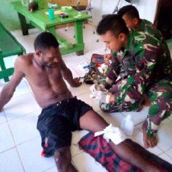 Anggota Satgas Yonif 411 Kostrad Bantu Obati Korban Kecelakaan di Jalan Trans Papua