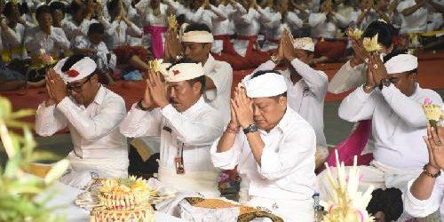 Walikota Rai Mantra Mupuk Pedagingan di Palinggih Ida Begawan Penyarikan Banjar Pekambingan