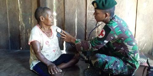 Layani Pengobatan Keliling, Satgas Yonif 755 Kostrad Pastikan Kesehatan Warga Kampung Hemigoma