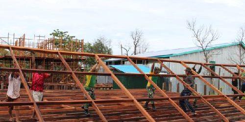 Bersama Warga, TNI Gotong Royong Bangun Kembali Pasar Dolog Asmat