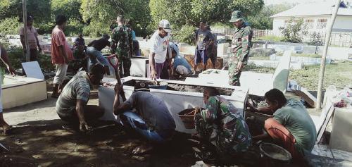 """Prajurit TNI Bantu Perbaiki Makam, Warga: """"TNI selalu berbaur untuk masyarakat"""""""