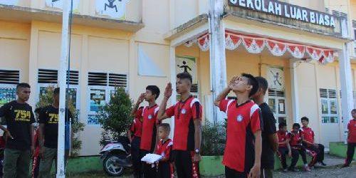 Tanamkan Jiwa Nasionalisme, Prajurit TNI Yonif 755 Kostrad Ajarkan Anak-Anak Disabilitas menjadi Pengibar Bendera Merah Putih