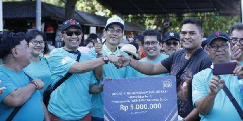 Alumni PLN Bali Serahkan Bantuan Pakan Penyu