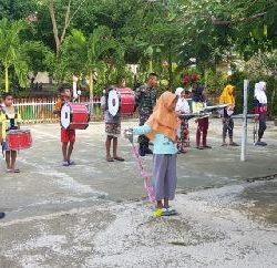 Tanamkan Kedisiplinan, TNI Yonif RK 136/TS Latih Siswa SMPN 5 Leihitu Bermain Drumband