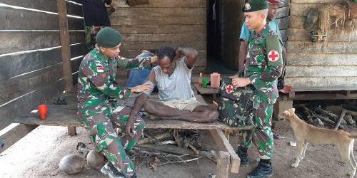Satgas Yonif Mekanis Raider 411 Kostrad Keliling Obati Warga di Pedalaman Papua