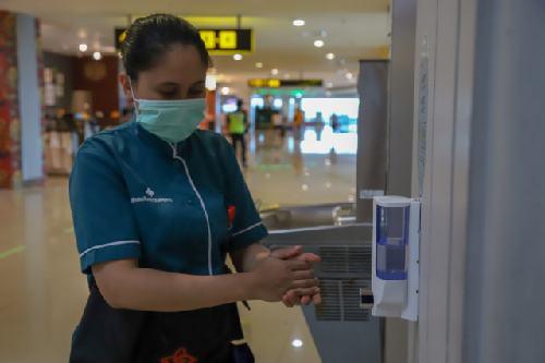 Bandara I Gusti Ngurah Rai Sediakan 48 Unit Hand Sanitizer untuk Penumpang