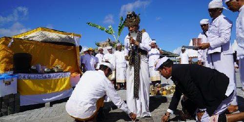 """Mlaspas Area Melasti Desa Adat Pedungan, Gubernur Koster: """"Tiap pembangunan harus selaras dengan alam, manusia, dan budaya Bali"""""""