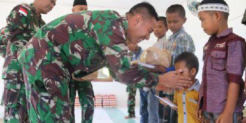 Satgas Yonif 411 Kostrad Berikan Santunan Anak-Anak Yatim Piatu di Perbatasan RI-PNG